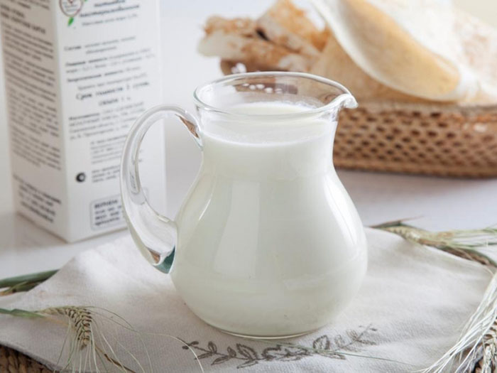 Стеклянный кувшин с молоком