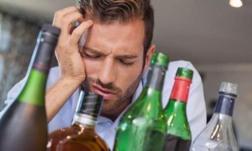 Одновременное применение таблеток с алкоголем усиливает побочные действия, негативно сказываясь на самочувствии больного