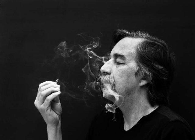 Курящий мужчина