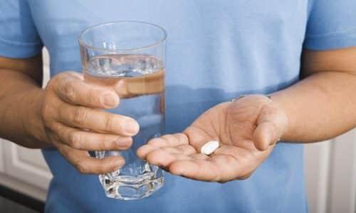 Таблетку надо глотать целиком и запивать водой