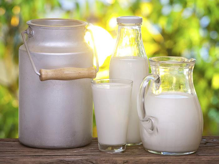 Козье молоко в разной посуде