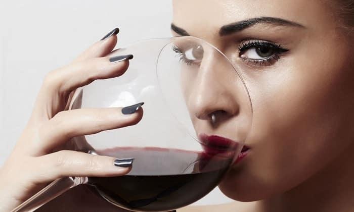 Женщинам разрешается употреблять только половину максимальной суточной дозы алкоголя