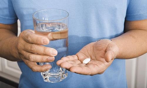 Перед приемом пищи препарат Глюкобай употребляют в цельном виде, запивая водой в небольших количествах