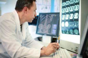 Исследование лечащим врачом снимков МРТ