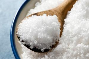 ложка и поваренная соль