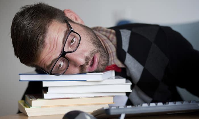 При передозировке препаратом Метформин наблюдается состояние сонливости