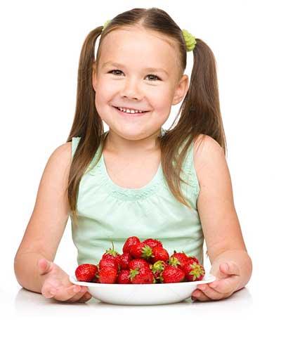 Чем полезна клубника для детей?
