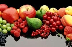 Свежие ягоды и фрукты