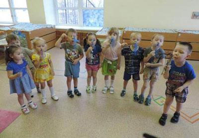 Дети в саду делают гимнастику