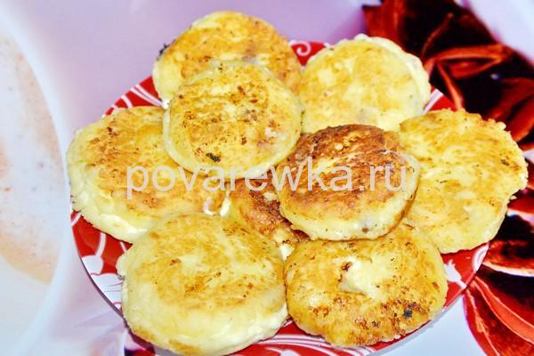 Сырники из творога классические с изюмом на сковороде