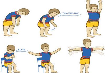 Ребенок делает гимнастику