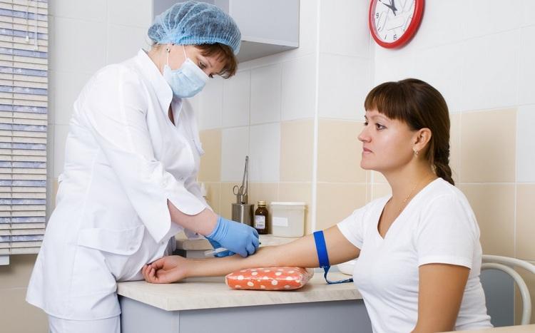 Забор крови проводится на голодный желудок.