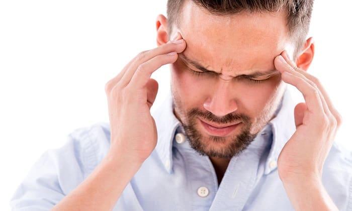 Передозировка препаратом проявляется через головную боль