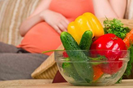 Беременная девушка и овощи
