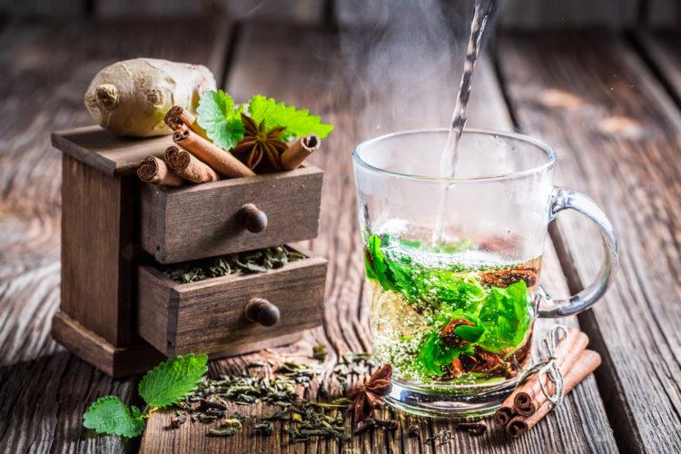Зеленый чай с ароматными специями станет прекрасной альтернативой алкоголю в новогоднюю ночь