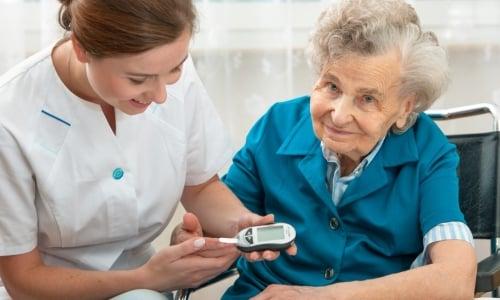 В пожилом возрасте при хронических сопутствующих патологиях требуется коррекция дозировки