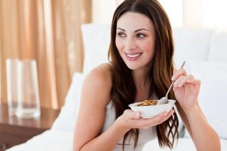 Женщина ест гречку